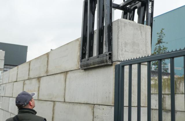 Modulobloc stapelbare betonblokken op bedrijfsterrein