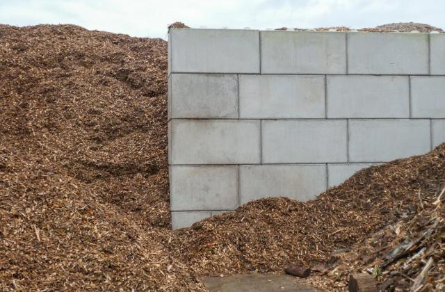 Modulobloc stapelbare betonblokken bij een houtverwerkingsbedrijf